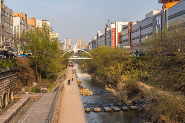 Cheonggyecheon stream in Dongdaemun Shopping District in Seoul, South Korea