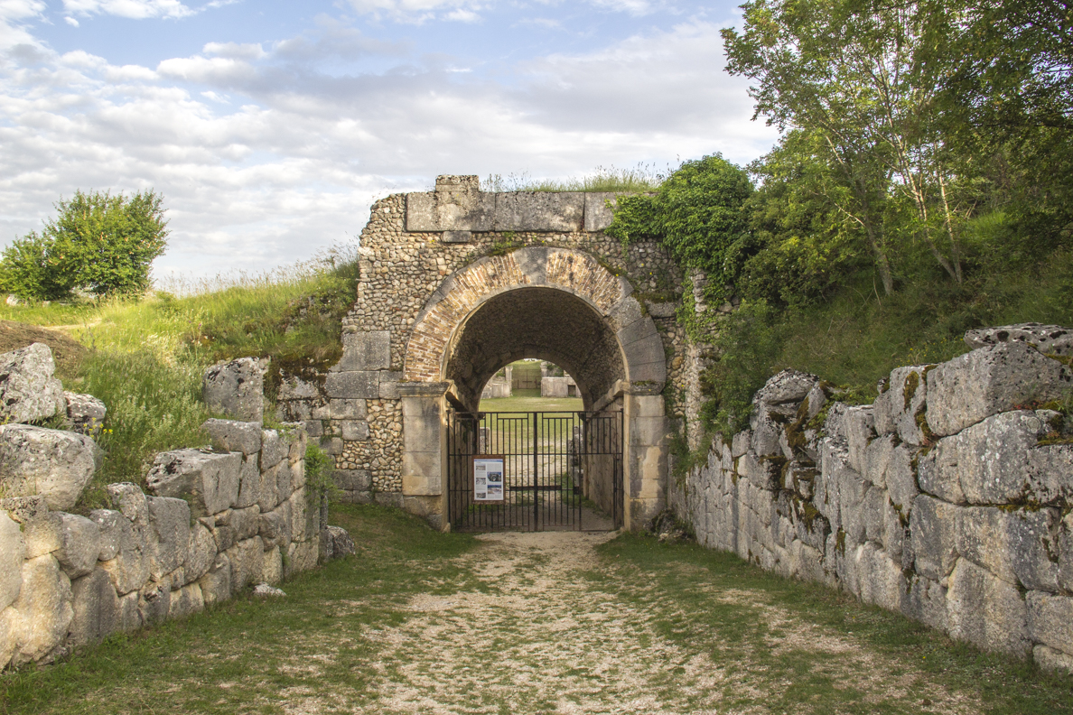 Entrance to the amphitheatre at Alba Fucens in Abruzzo, italy    9691
