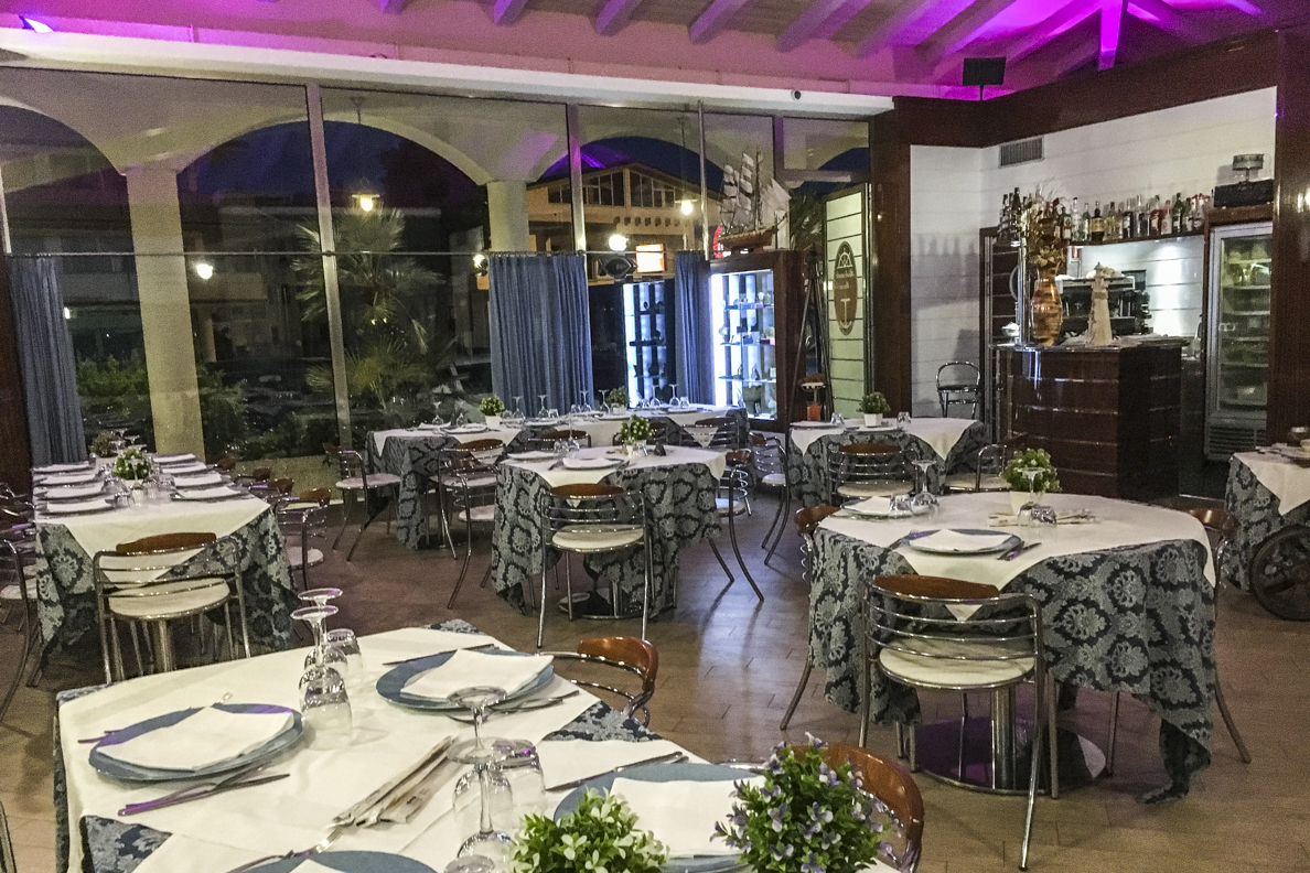 Fine dining at the Hotel Villa Elena in Tortoreto Lido in Abruzzo, Italy  7030