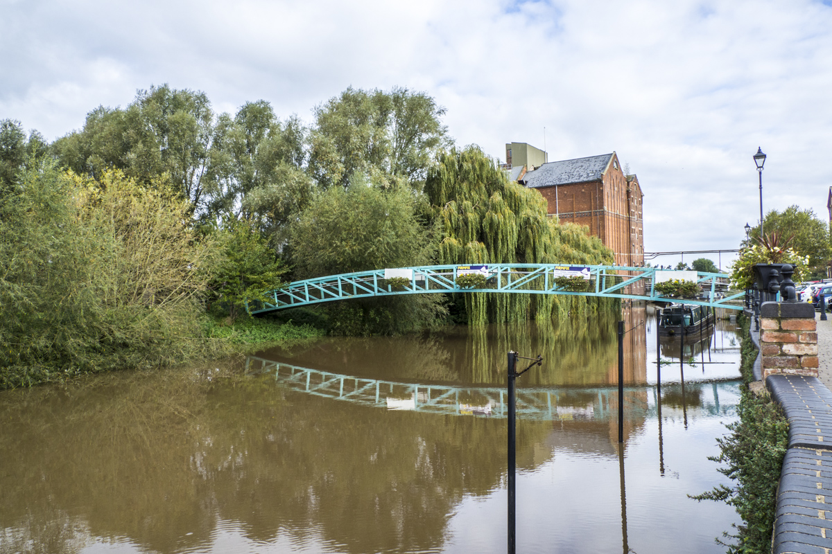 Footbridge to the Severan Ham in Tewkesbury    021935